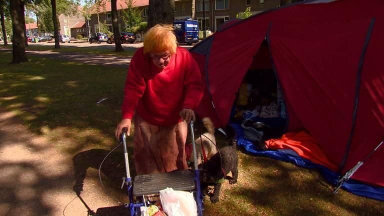 Barbara leeft op een bankje.