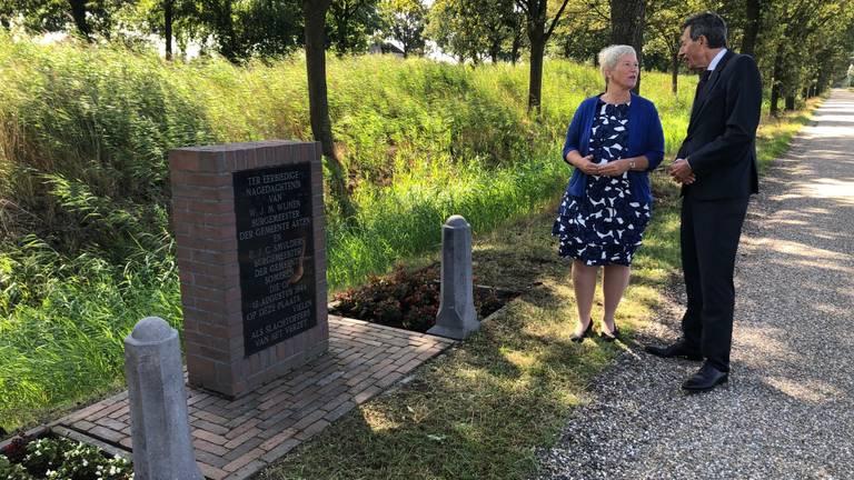 Burgemeesters Dilia Blok en Hubert Vos bij het monument voor de omgebrachte burgemeesters.