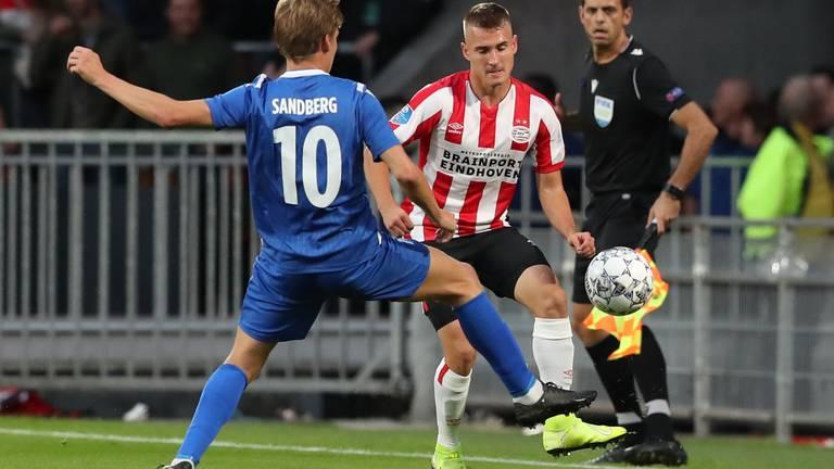 Niklas Sandberg van Haugesund is in duel met Michal Sadilek (Foto: Orangepictures).