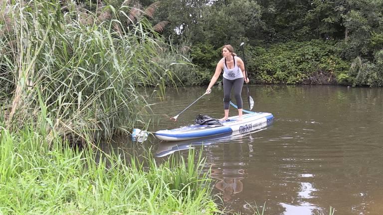 Kristina maakt stadsrivier de Mark schoon. (Foto: Omroep Brabant)