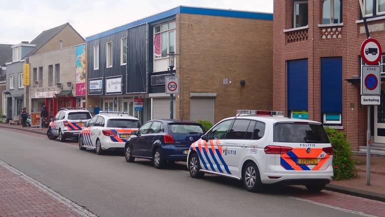 De politie deed onderzoek bij de supermarkt. (Foto: Ashley Oomen / Stuve Fotografie)