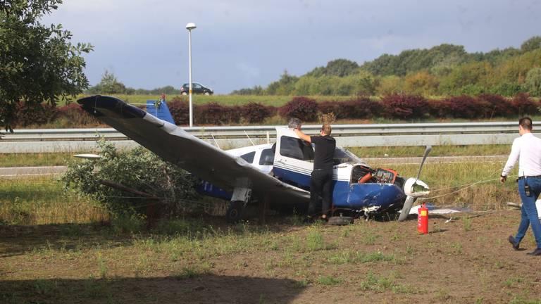 Het beschadigde vliegtuig na het ongeluk (foto: Alexander Vingerhoeds/Obscura Foto).