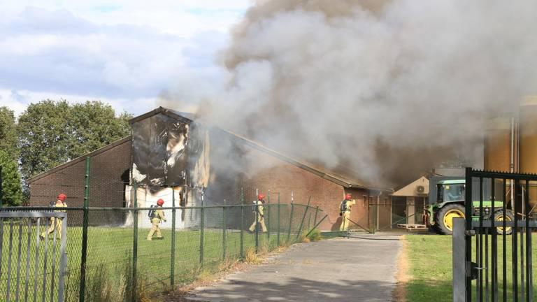 Er komt veel rook vrij bij de brand. (Foto: Harrie Grijseels / SQ Vision)
