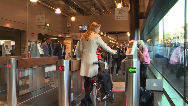 Wethouder Greetje Bos kan gelijk de Bredase stalling in lopen door een chip op haar fiets. (foto: Raoul Cartens)
