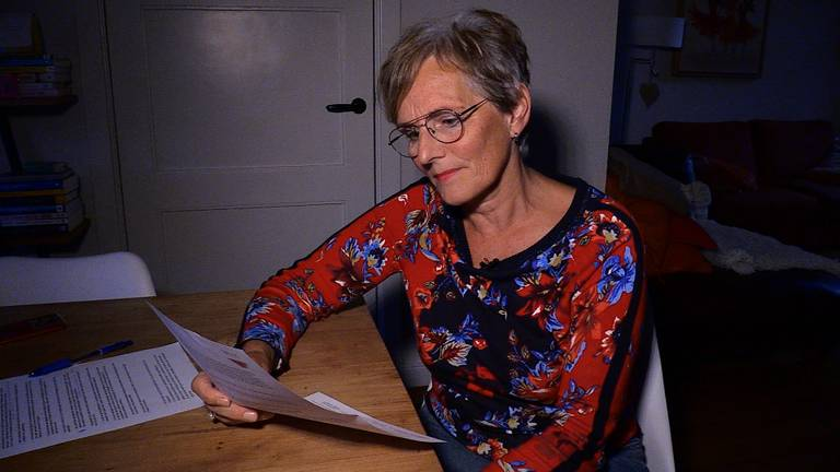 Mieke Schapendonk leest de brief van energiebedrijf Vermilion, met de vraag of ze mee wil werken aan een bouwkundig onderzoek. (foto: Tom van den Oetelaar)