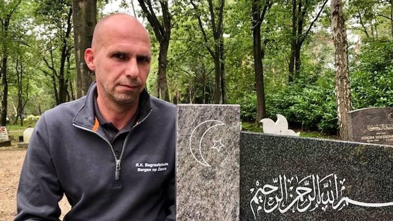 Beheerder Mark Masereeuw van de islamitische begraafplaats (Foto: Erik Peeters).