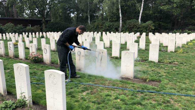 Archieffoto: schoonmakers proberen de graven in Mierlo schoon te maken (Foto: Imke van der Laar).