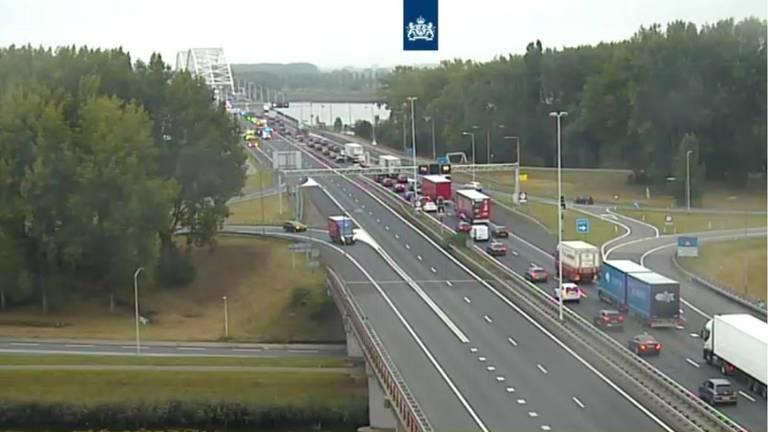 Het ongeluk op de A27 leidt tot een lange file. (Foto: Twitter Rijkswaterstaat)