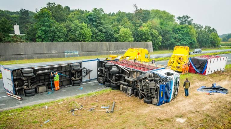 De berging van de gekantelde vrachtauto is in volle gang. (Foto: SQ Vision)