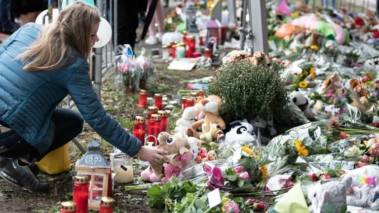 Na het ongeval legden veel mensen bloemen en knuffels neer bij het spoor in Oss. (foto: Kevin Cordewener)