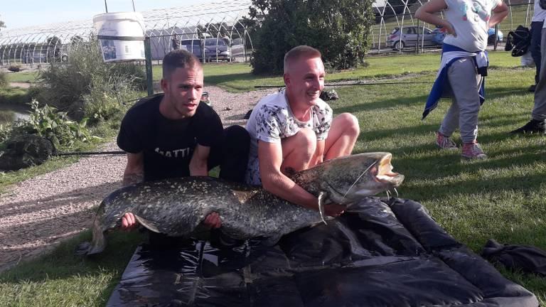 Jordy Marijnissen (links) en Dion Schouten met hun gouden vangst. (Foto: Rachelle van Hees)