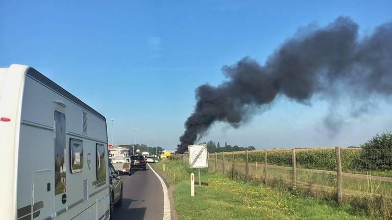 Er staat een auto in brand op de A58. (Foto: Toby de Kort)
