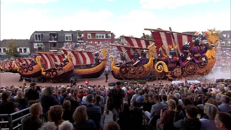De winnende wagen van vorig jaar tijdens Bloemencorso Zundert.
