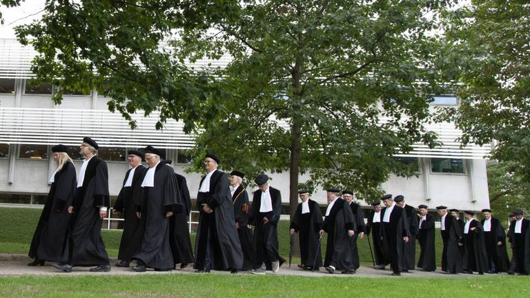 De start van een academisch jaar gaat in Tilburg én Eindhoven gepaard met een cortège, ofwel een plechtige optocht van hoogleraren (foto: Tilburg University).