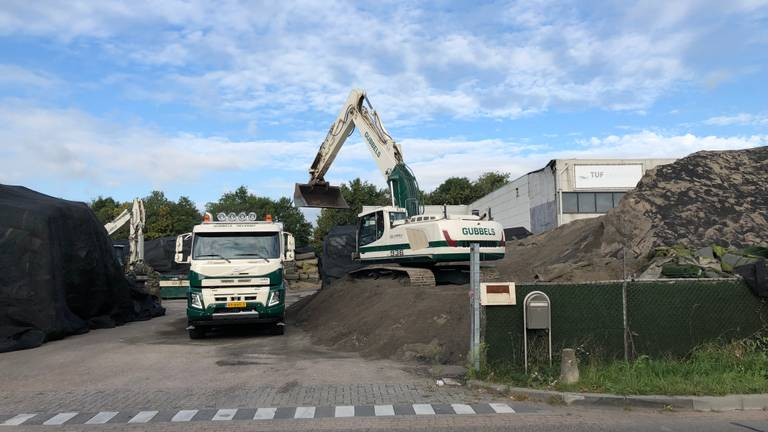 Vrachtwagens rijden af en aan om de afvalberg weg te werken. (Foto: Tom van den Oetelaar)