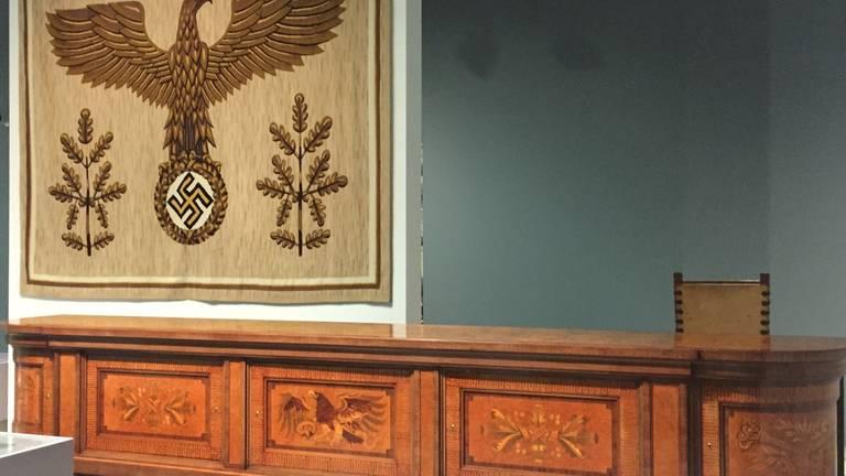 Het dessoir van Hitler op de tentoonstelling (foto: Agnes van der Straaten).