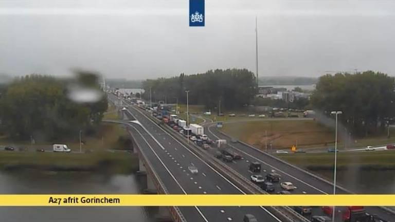 File op de A27 na ongeluk met bus bij Werkendam. (Foto: Rijkswaterstaat)