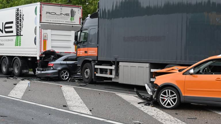 Een auto kwam klem te zitten tussen twee vrachtwagen. (Foto: Tom van der Put/ SQ Vision)