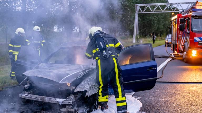 De auto brandde uit. (Foto: Marcel van Dorst/SQ Vision)