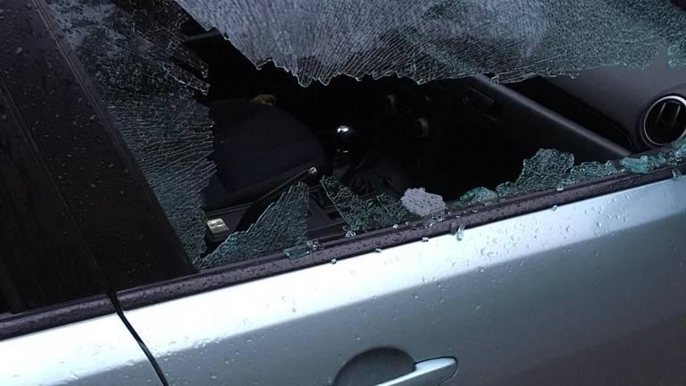 De autoruiten van zeker twintig auto's zijn vernield. (Foto: Twitter wijkagent R. Konings)