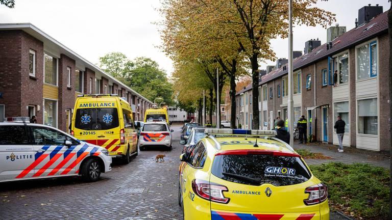 Veel hulpdiensten op de been in Tilburg waar in een huis een dode vrouw werd gevonden. (Foto: Jack Brekelmans)