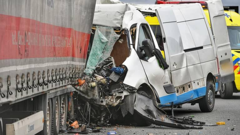 De bestuurder van het busje kwam om het leven. (Rico Vogels/ SQ Vision)