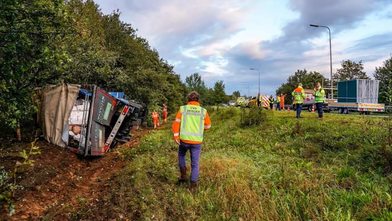 De gekantelde vrachtwagen. (Foto: Marcel van Dorst/SQ Vision)