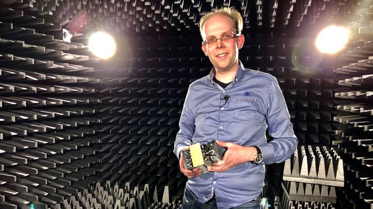 Sander Bronckers met een 5G antenne (Foto: Birgit Verhoeven).