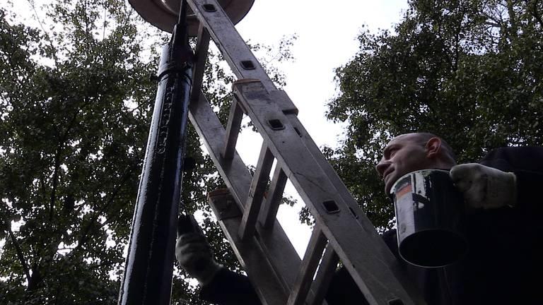 Marcel is vrijwillig 'lantaarnpaal schilder' in Den Bosch (Foto: Anja de Loos)
