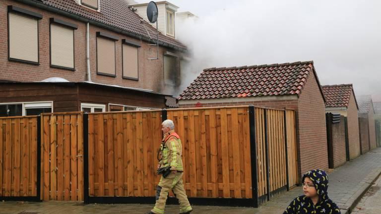 Bij de brand in het huis in Helmond kwam veel rook vrij. (Foto: Harrie Grijseels)