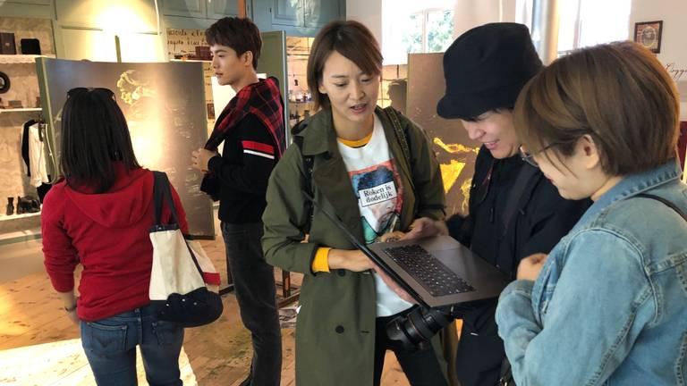 Acteur Ma Tianyu (tweede van links) met zijn fotocrew in het Vincentre (Foto: Alice van der Plas)