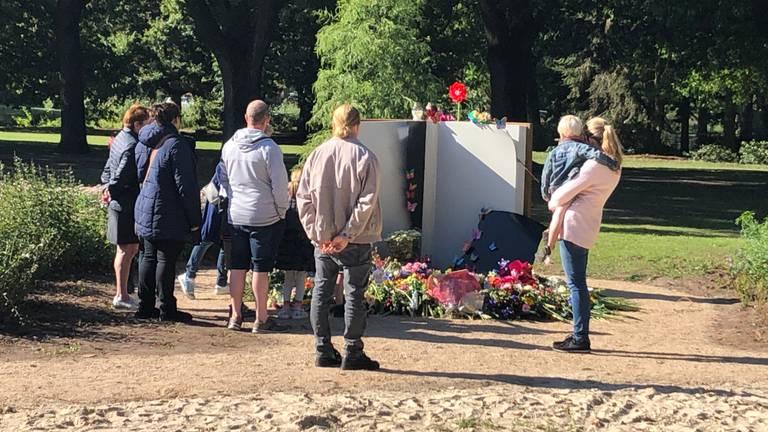 Veel mensen kwamen een bloemetje leggen bij het herinneringsmonument in Oss (Foto: Imke van de Laar)