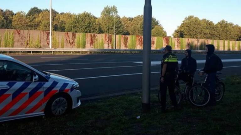 De fietsers hebben een bekeuring gekregen. (Foto: Instagram wijkagent Carolien)