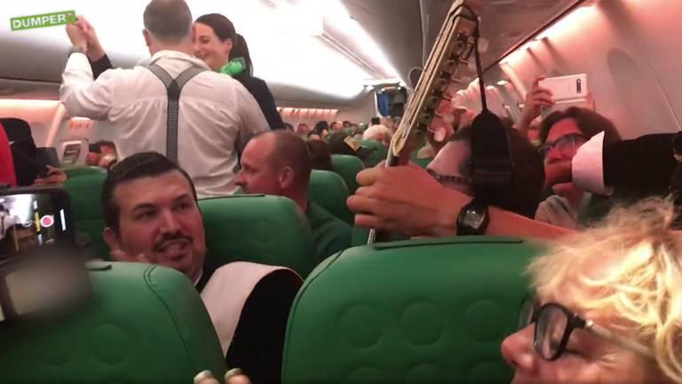 Beeld van de gezellige vlucht van Málaga naar Eindhoven. Beeld: Dumpert)