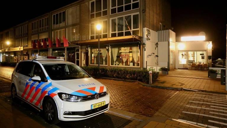 De politie doet onderzoek na de overval op de pizzeria in Vught. (Foto: Bart Meesters)