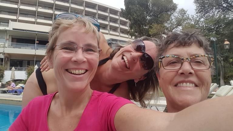 De drie zussen in Corfu toen ze nog niets wisten van het faillissement.