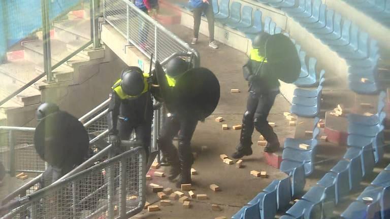 Stenen gooien naar de politie, ook dat mocht tijdens de oefening. (foto: Omroep Brabant)
