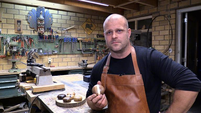 Harm Rietveld uit Dongen geeft nabestaanden troost met zijn mini urn. (foto: Tom van den Oetelaar)