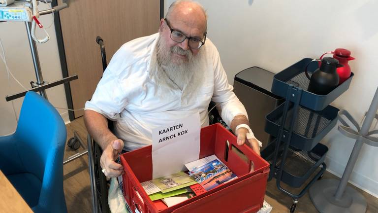 Arnol Kox neemt tachtig kaartjes in ontvangst.