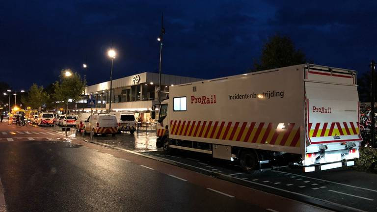 Veel hulpdiensten werden opgeroepen na het ongeluk bij station Bergen op Zoom. (Foto: Twitter Ploegleider Melvin)