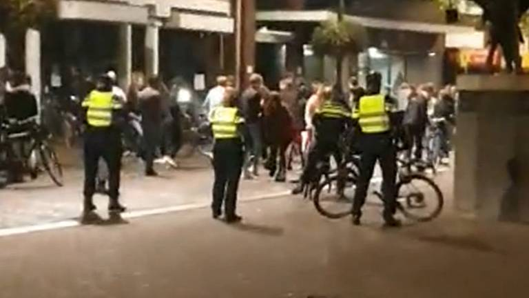 De politie ontruimde in linie de Markt in Roosendaal. (Beeld: getuigenvideo)