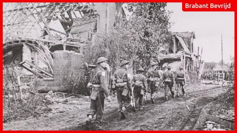 Britse soldaten lopen door 'spookdorp' Overloon | Foto: NIMH