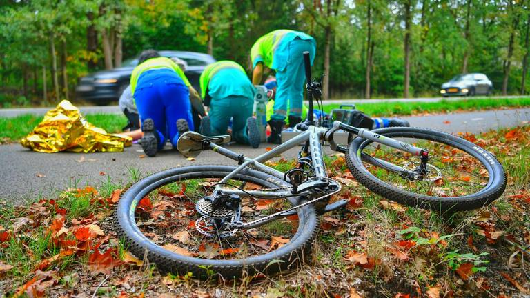 Hulpdiensten bij de mountainbiker die ten val kwam op de Maastrichterweg in Valkenswaard (Foto: Rico Vogels SQ Vision)