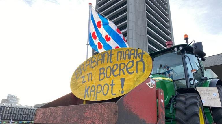 Een trekker met een Friese vlag bij het provinciehuis. (Foto: Jan Peels)