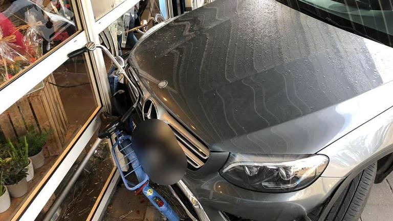 De auto reed tegen de gevel aan (Foto: Politie).