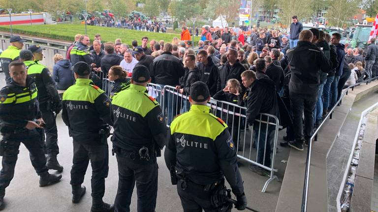 Boeren protesteren voor de ingang van het provinciehuis. (Foto: Bart Meesters)