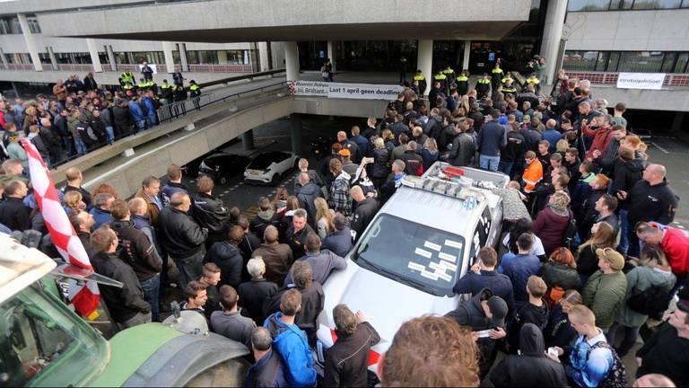 Boerenprotest bij de hoofdingang van het provinciehuis. (Foto: Bart Meesters/Meesters MultiMedia)