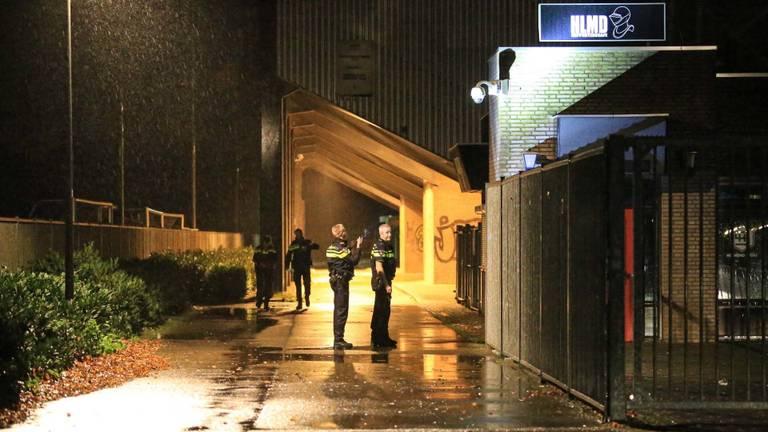 De politie doet onderzoek onder een tribune bij Helmond Sport. (Foto: Harrie Grijseels/SQ Vision)