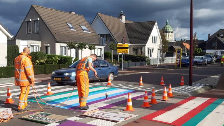 Het regenboogzebrapad op de Zandeweg wordt aangelegd. (Foto: Remco de Ruijter)