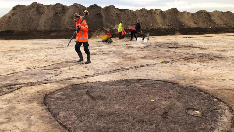 Archeologen bij de Helmondse opgraving, op de voorgrond de contouren van een waterput (Foto: Alice van der Plas)